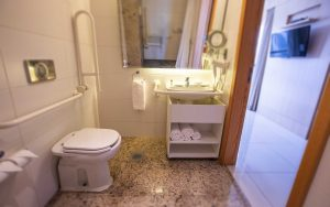 banheiro adaptado do hotel cullinan hplus em brasilia