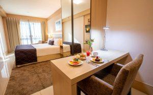 quarto superior com cama de casal hotel cullinan hplus brasilia