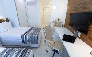 quarto com duas camas de colteiro do hotel fusion hplus em brasilia