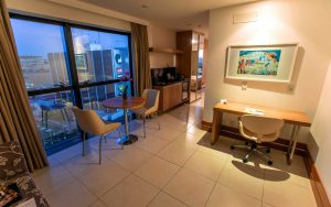 quarto luxo do hotel em Brasília Hplus Athos Bulcão