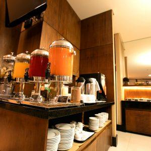 café da manhã do hotel em Brasília Hplus Athos Bulcão