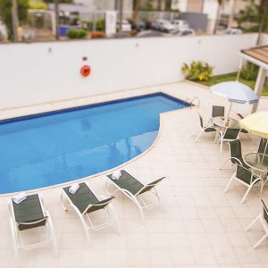 Piscina do apart hotel flat em brasilia verona hplus long stay