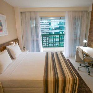 quarto com cama de casal do vision hplus express hotel em brasilia