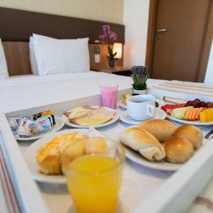 quarto com cama de casal do hotel em Brasília Hplus Athos Bulcão