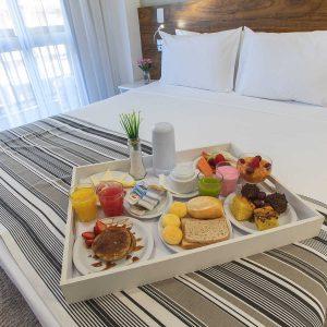quarto com cama de casal do hotel fusion hplus em brasilia